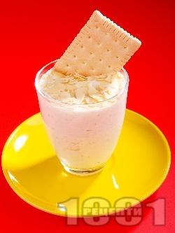 Лесен десертен крем от банани, бисквити, заквасена сметана и филирани бадеми - снимка на рецептата